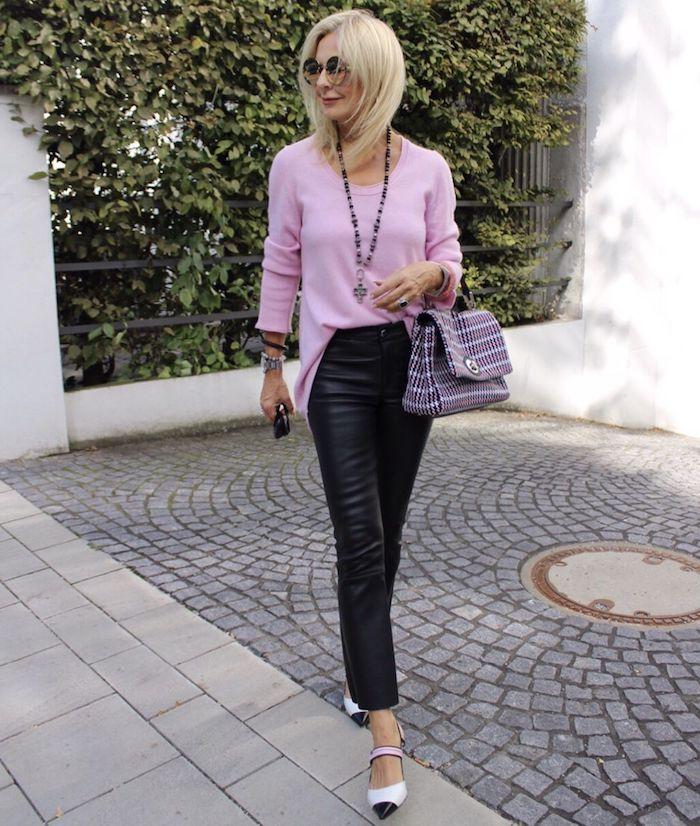 pull rose pantalon noir en cuir sac à main tendance tenue classe femme 60 ans
