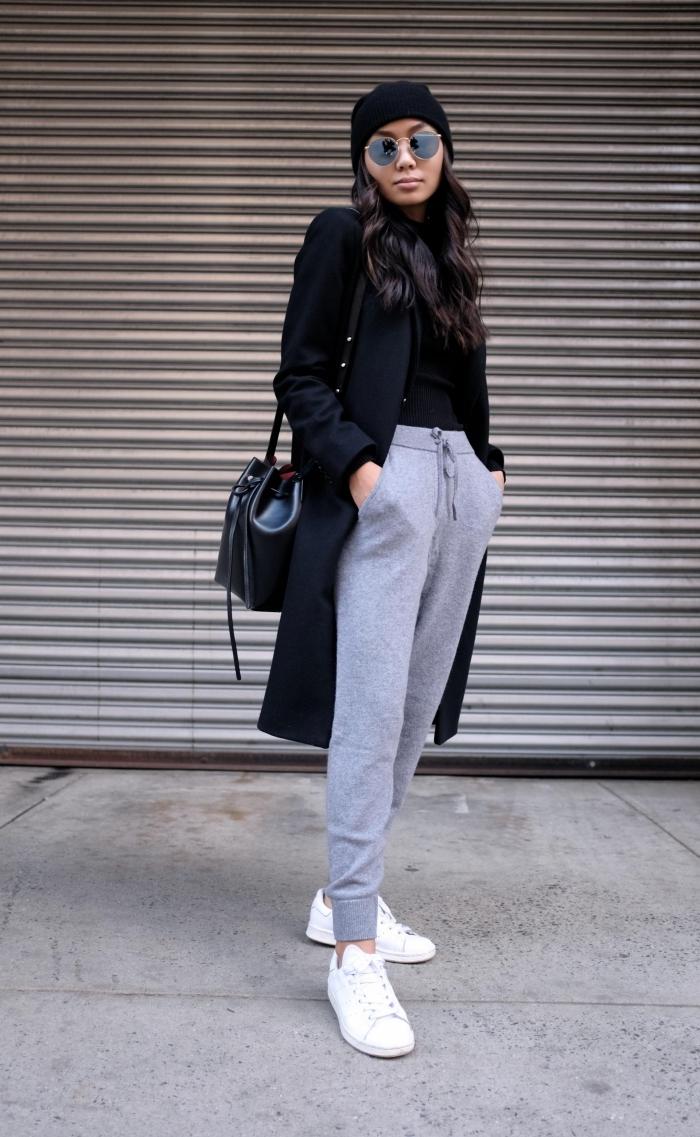 street style femme manteau long noir pull noir lunettes soleil bonnet noir baskets blanches