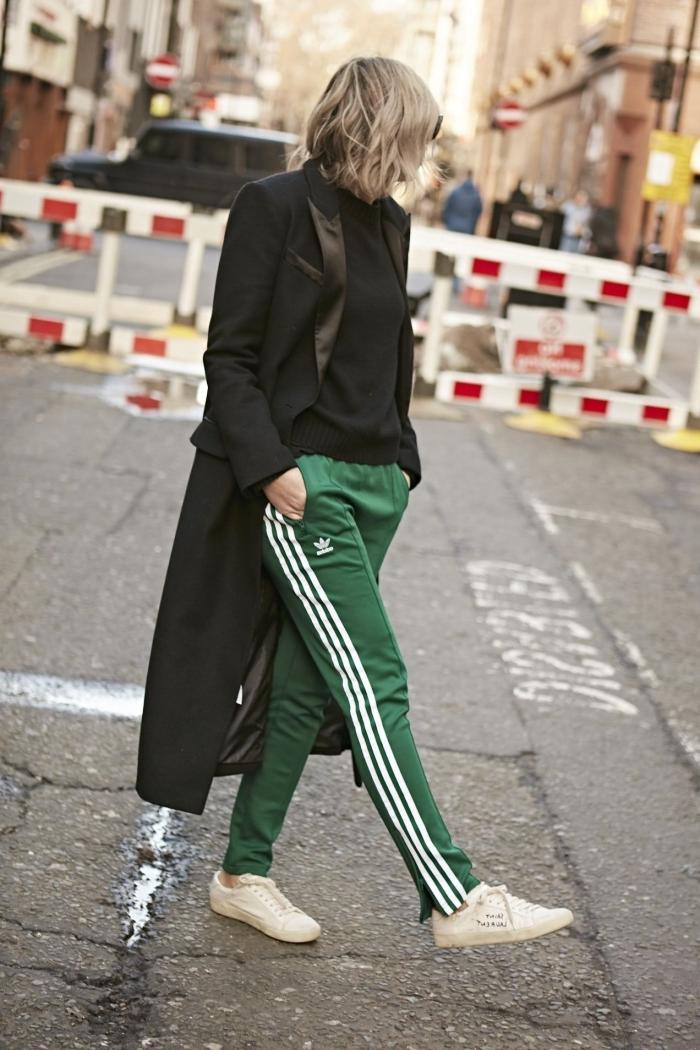 street style femme pantalon sport marque jogging adidas vers bandes sur côté blanc manteau long noir