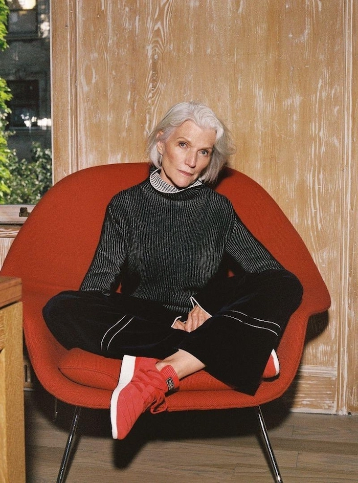 tenue femme sport 60 ans pantalon évasé noir chemise noir et blanc rayures chaussures baskets rouges