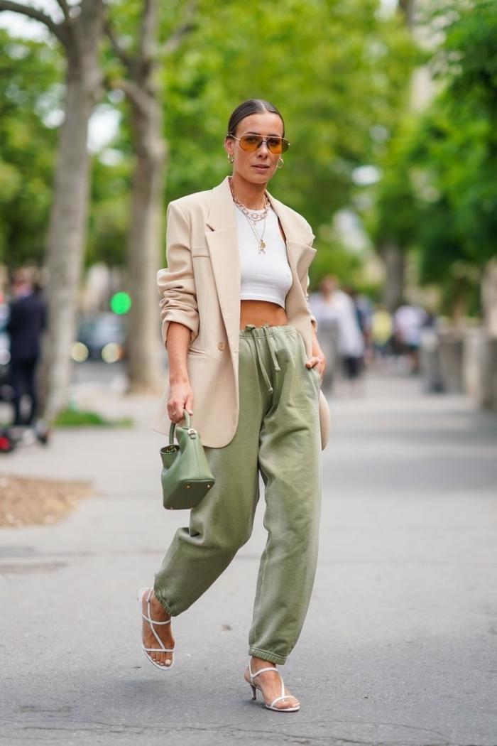top crop blanc blazer beige look jogging chic pour femme pantalon vert kaki sac a main