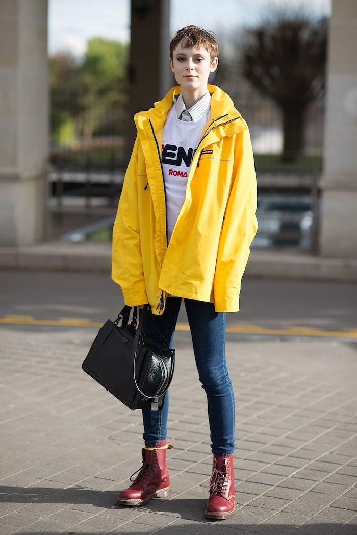 une fillen imperméable jaune des bottines rouges et jean bleu foncé