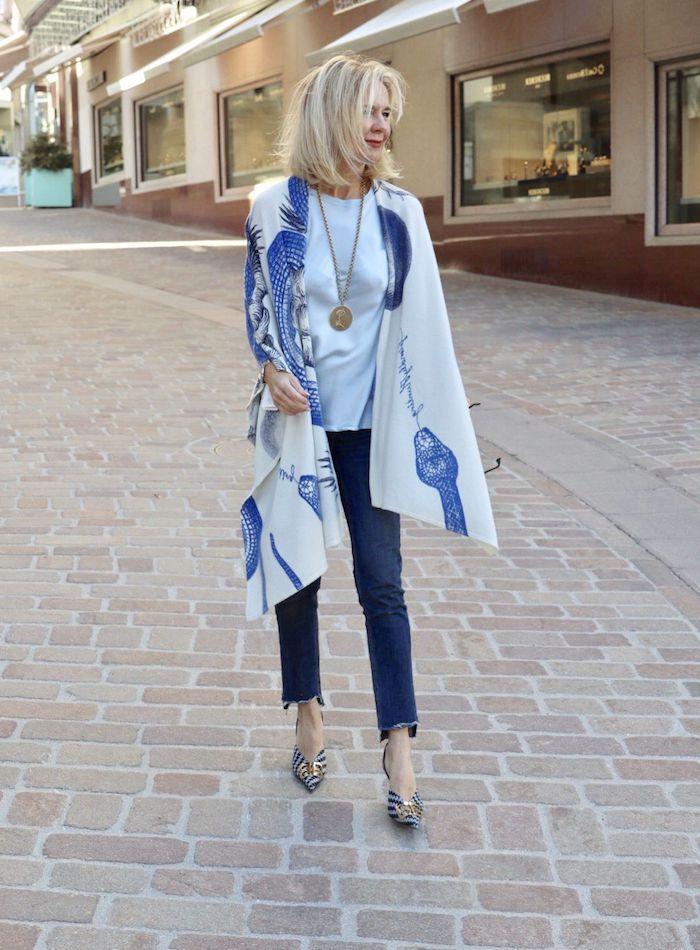 vetement femme 50 ans tendance jean chaussures bleu gris et or écharpe à motif bord de mer tee shirt blanc collier