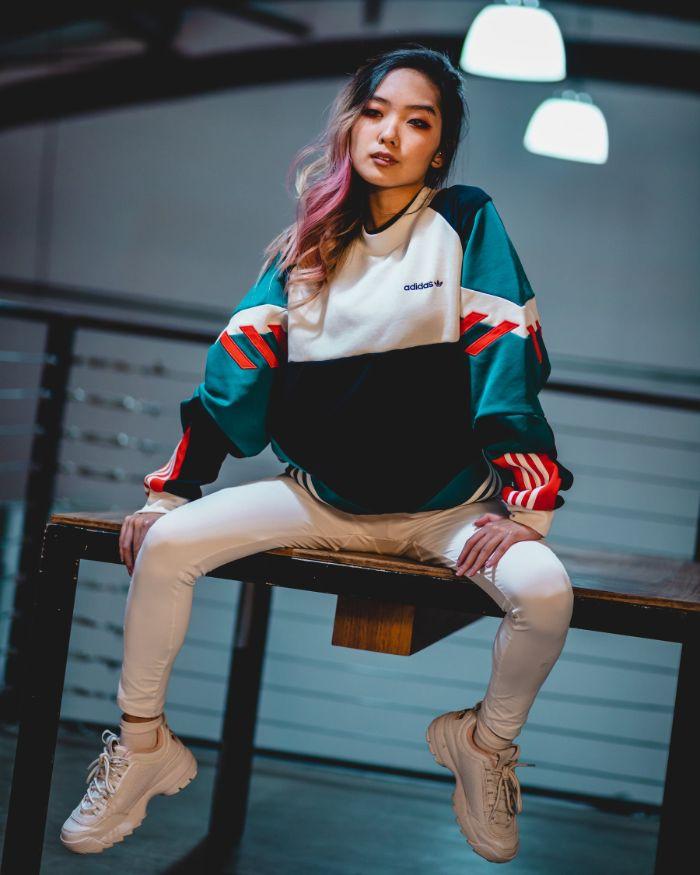 comment devenir une fille swag tenue streetwear adidas jean blanc et basket streetwear, look streetwear pour femme