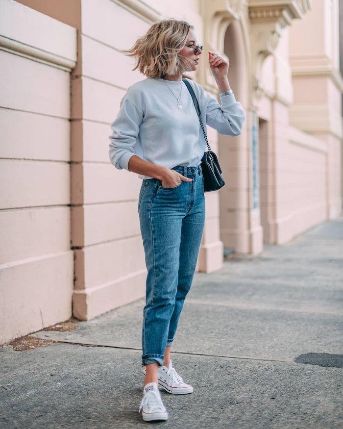 comment porter un jean mom tenue quotidienne avec une blouse et des baskets blancs une femme blonde avec des lunettes