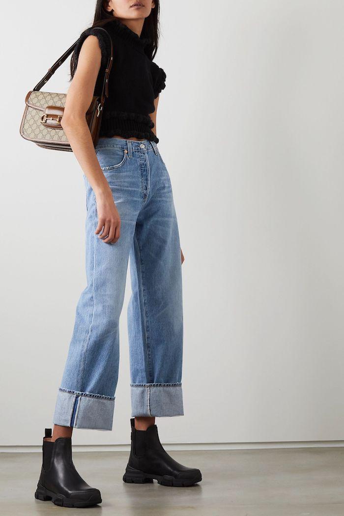 comment porter un jean mom une femme avec bottes chelsea sac a travers l épaule et top a manches courtes
