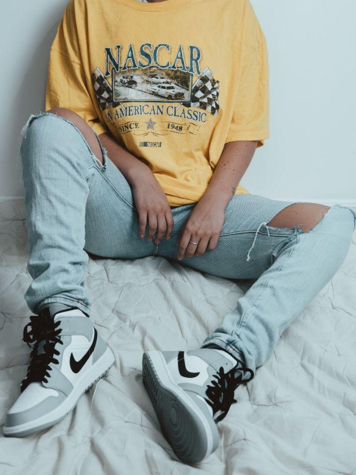 jean droit troué exemple de vetement streetwear femme avec tee shirt logo jaune original.jfif