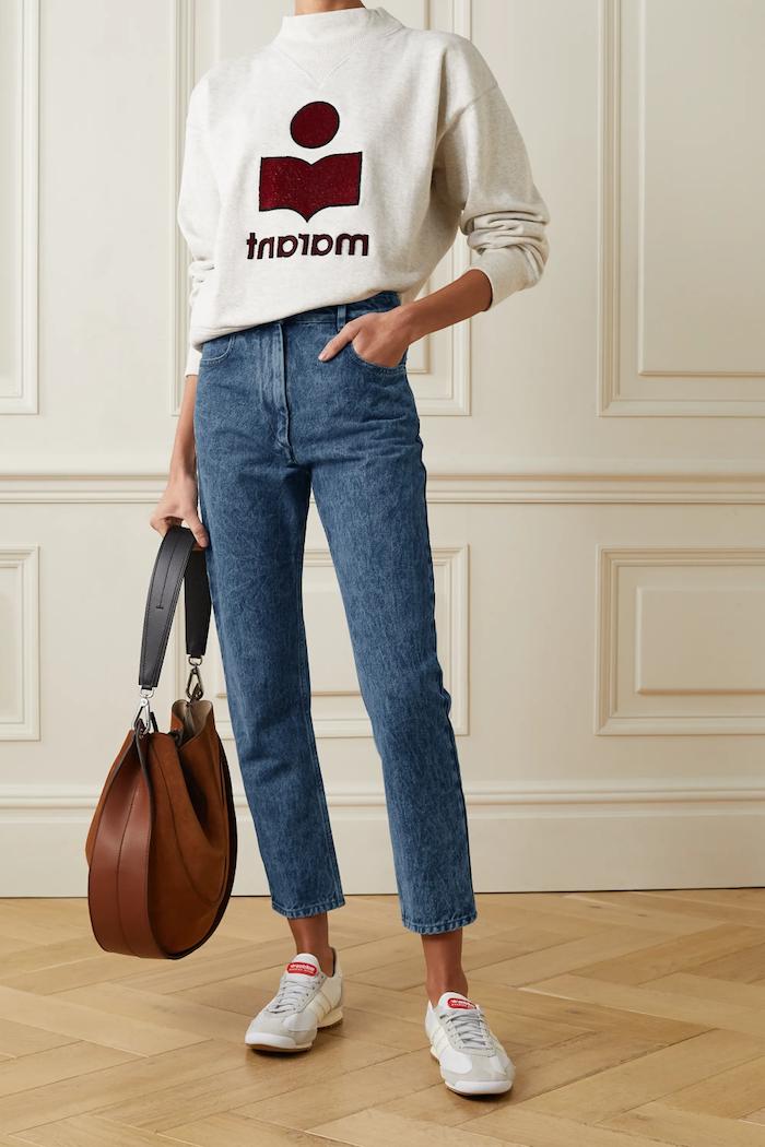 jean mom fit combiné avec un pull a logo des baskets et un sac a main en cuir brun.jpg