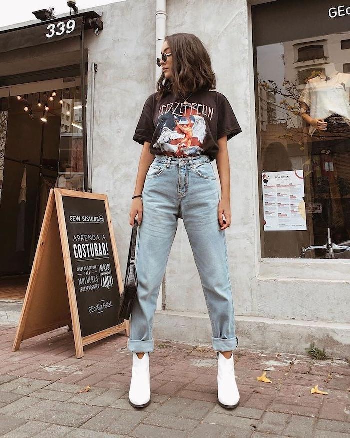 jean mom look avec t shirt années 90 et des bottines blanches une femme dans la rue