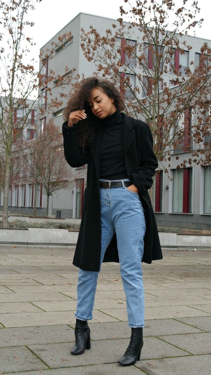 look jean mom hiver avec un manteau longueur aux genoux des bottines noires et un pull a colle haute