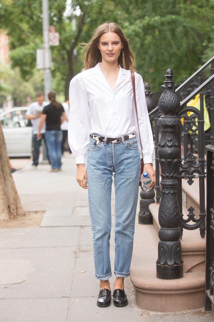 mom jean slim avec un chemisier rentré et des chaussures de type loafers