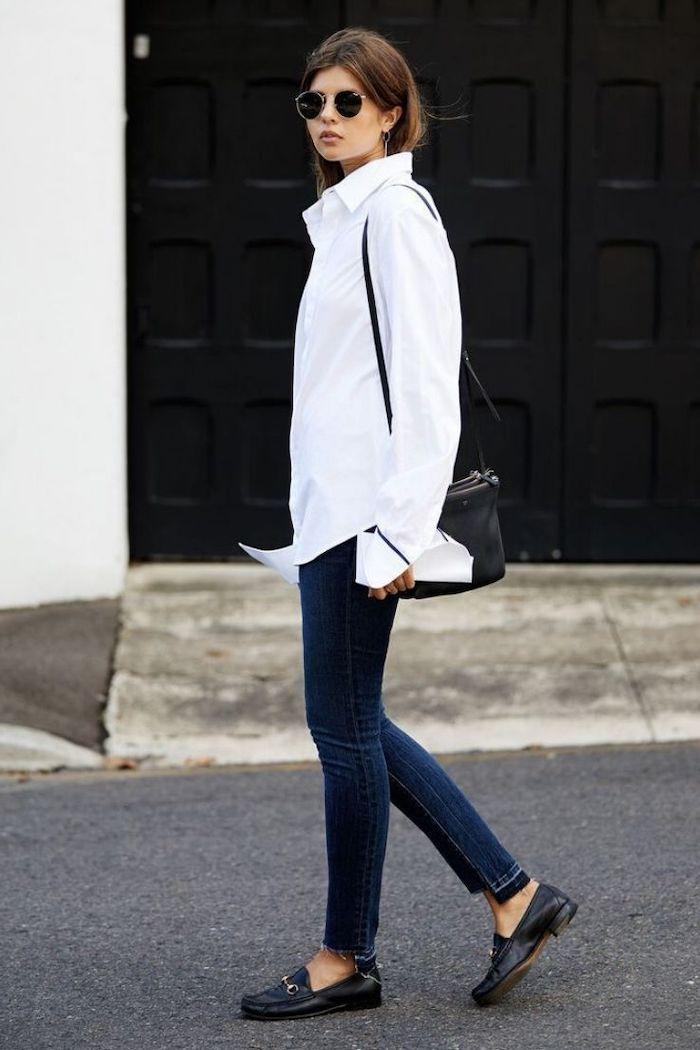 style minimaliste femme avec un chemisier blanc obligaoitre et des chaussures en cuir plates