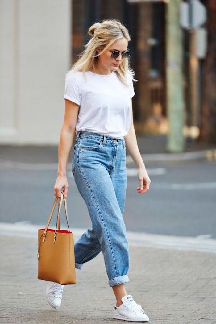 style minimaliste femme avec un jean mom baskets blanc et t shirt de base