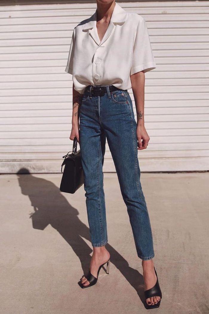 style minimaliste femme vetue en chemisier blanc et jean bleu avec des sandales a talons