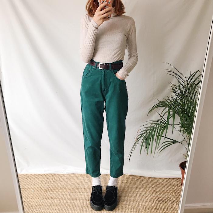 tenue avec jean mom en velours vert avec une blouse beige ceinture autour la taille et des chaussures plates.jpg