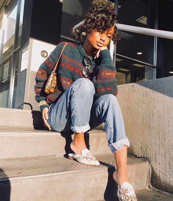tenue avec jean mom une fille avec des cehveux en chignon un pull tricoté a motifs et des espadrilles