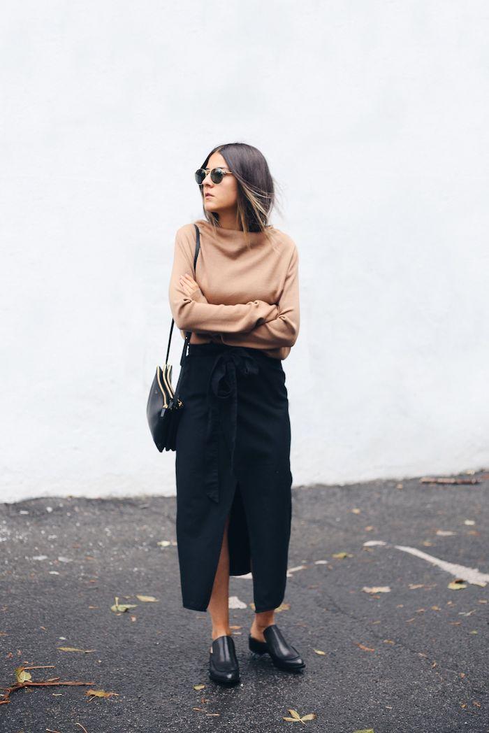 un look de vision classe femme avec une blouse polo beige et jupe longue noire