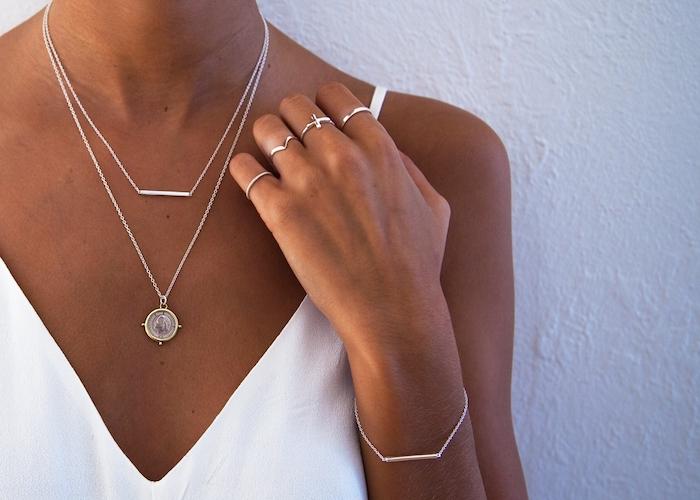 une femme en top blanc qui porte des bijoux argentines style casual chic
