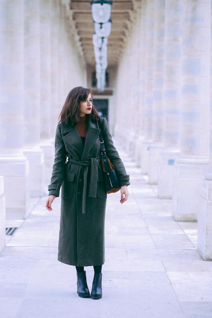 une femme qui porte manteau peignoir en vert et des bottines en meme couleurs