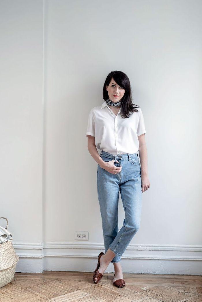 une femme vetue en style casual chic avec des ballerines jean bleu claire et un chemisier a manche courte