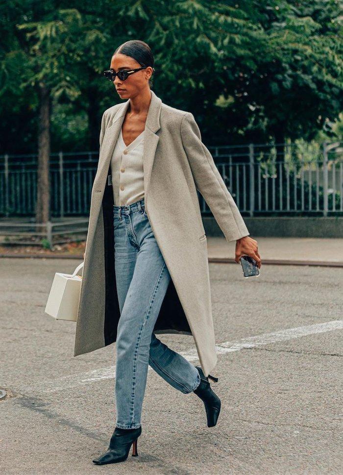 une fille qui porte des vetements femme chic manteau llonge gris et un jean mom