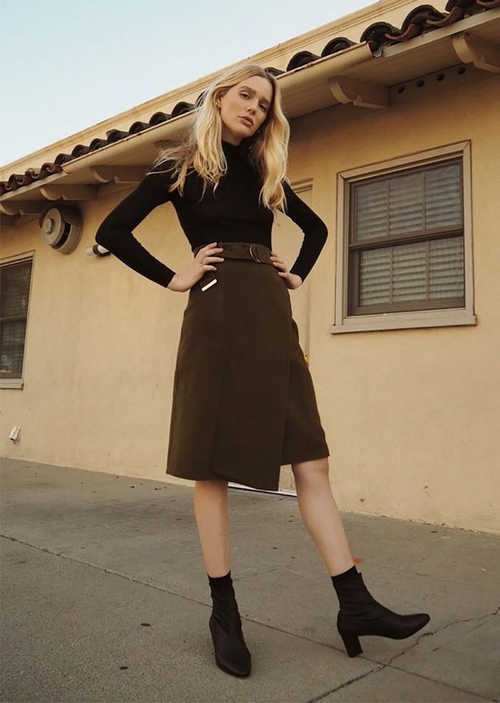 une proposition de vetement feemme chic avec jupe en velours et des bottes en satin noires