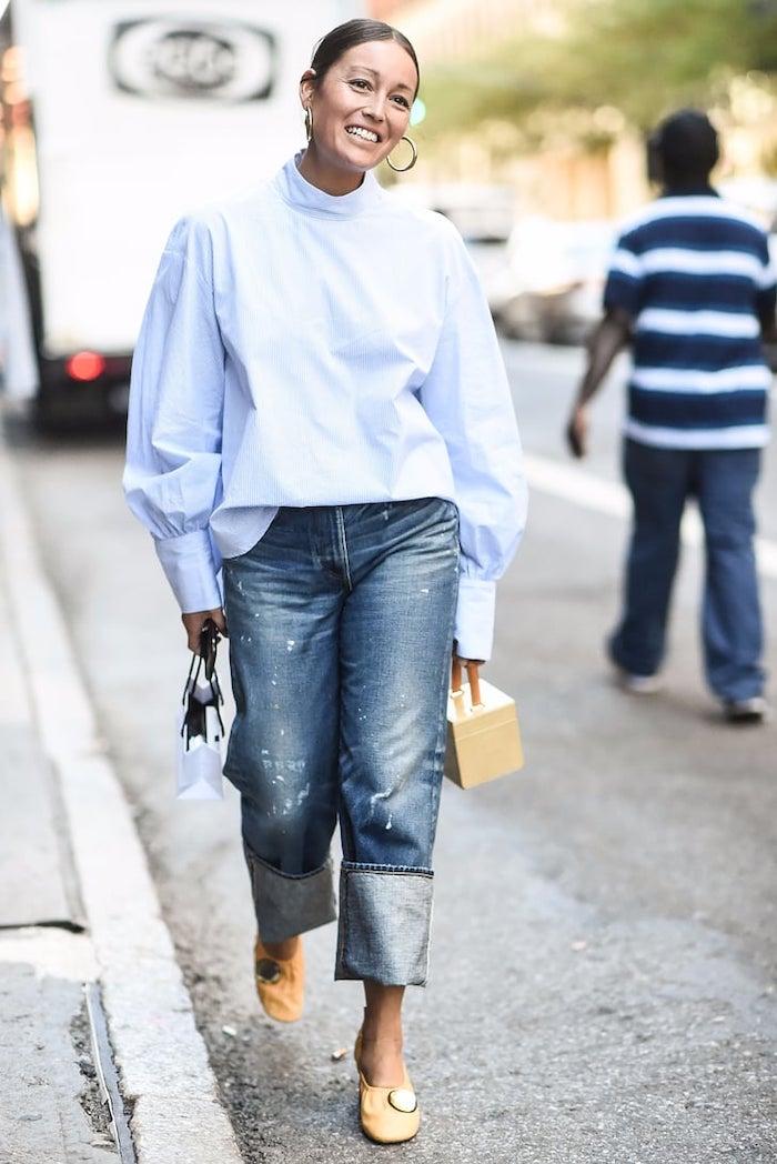 des jean enroule autour les cheveilles et une blouse ample vetement stylé