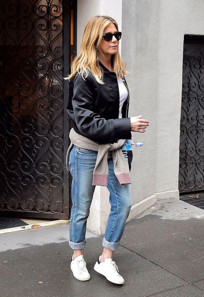 style streetwear femme ave un jacket en cuir des jeans enroulés et un pull autour la taille