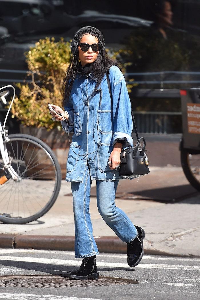 style vestimentaire américain qui comporte un look en denim entièrement et lunettes de soleil noirs