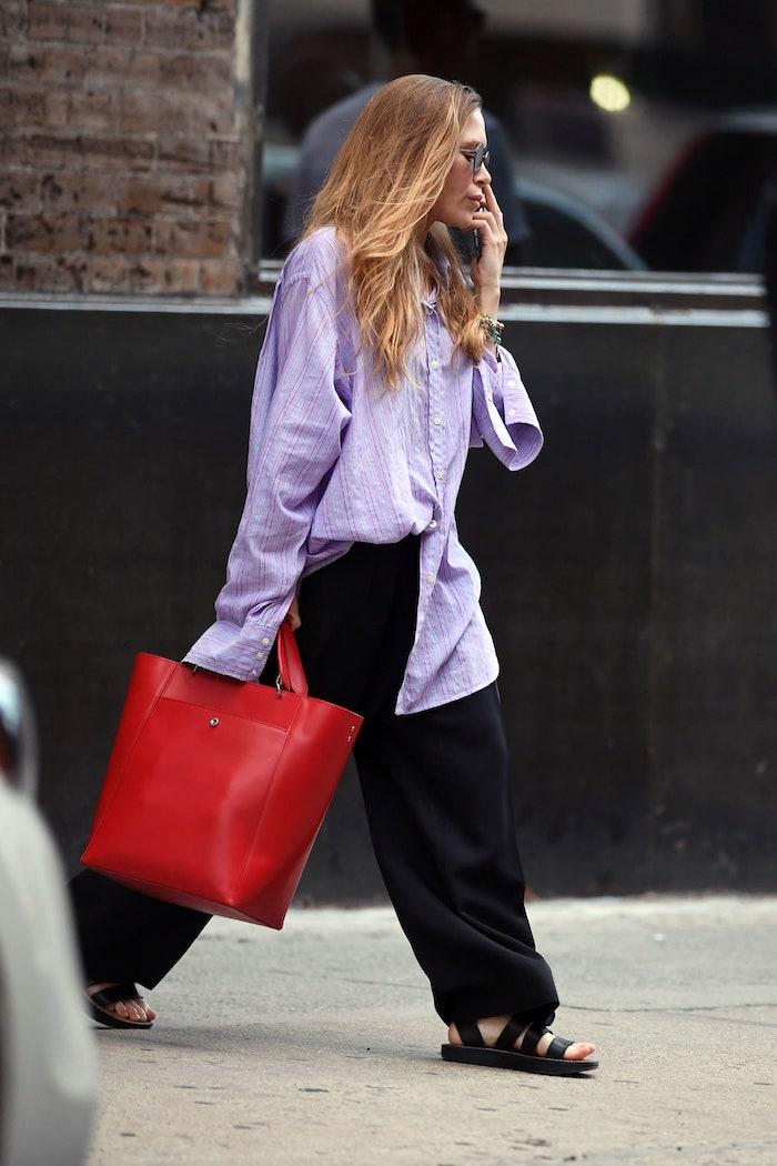 un look avec vetement femme fashion chemisier oversize pantalon noir et un sac a main rouge en cuir