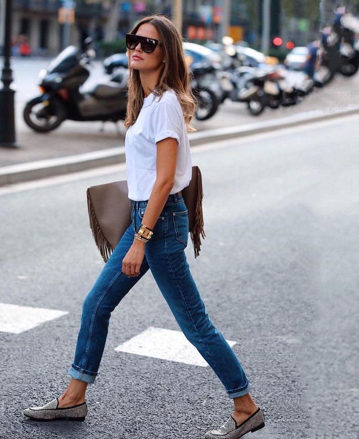 une idée de look streetwear femme avec un t shirt blanc jean et des chaussures tyoe mocassins