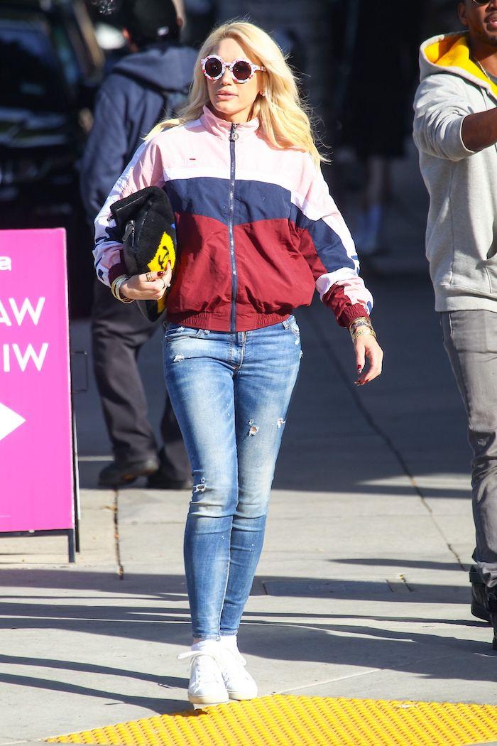unfeme blonde vetue en veste américaine sportif et un jean blanchi