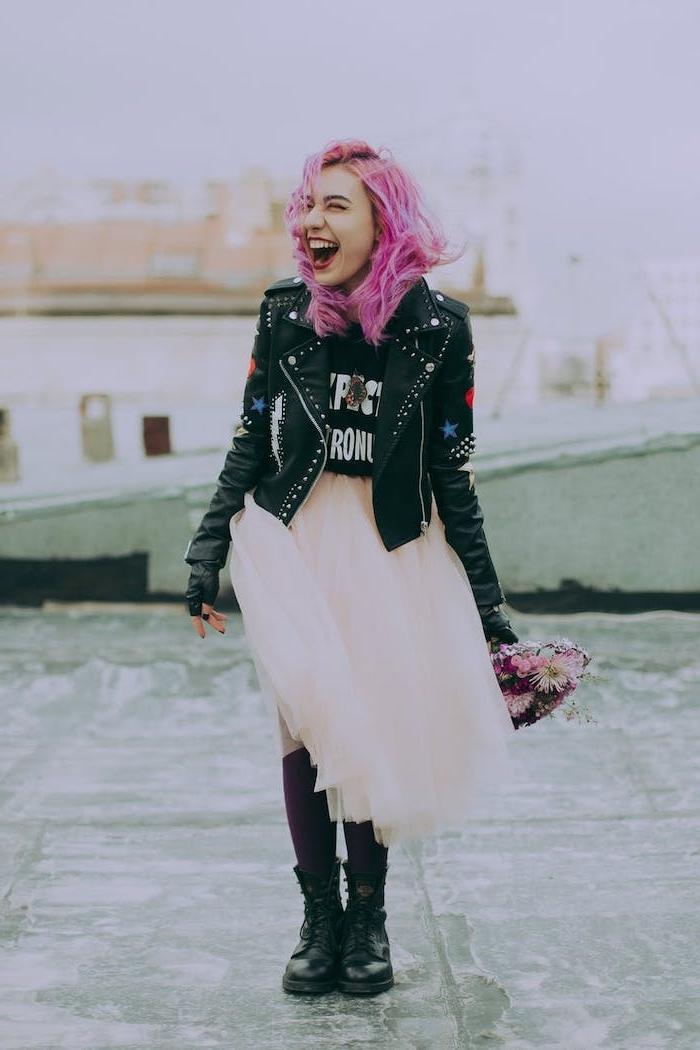 vetement femme fashion avec une jupe en tulle veste en cuir et t shirt aux bandes