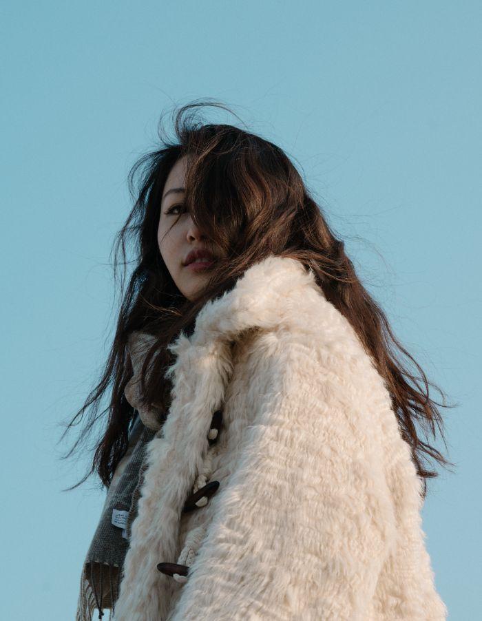femme cheveux marron fonce manteau fausse fourrure