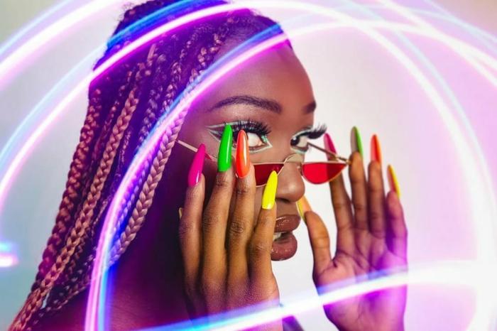 couleur ongle ete 2021 une femme avec des ongles fluo