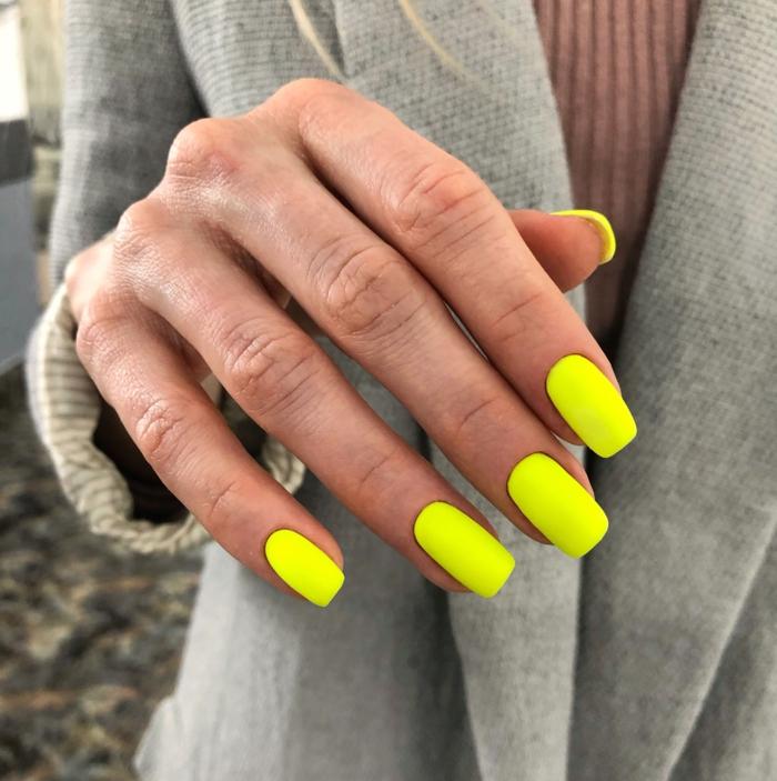 ongle jaune fluo une manucure longue jaune néon