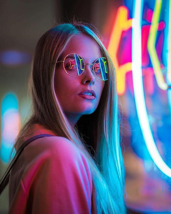 onle fluo une jeune fille avec des cheveux blonds en couleurs fluo