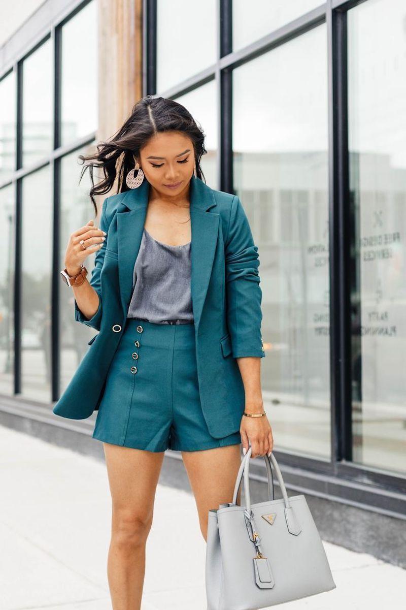 ensemble tailleur femme en bleu pétrole sac à main gris clair