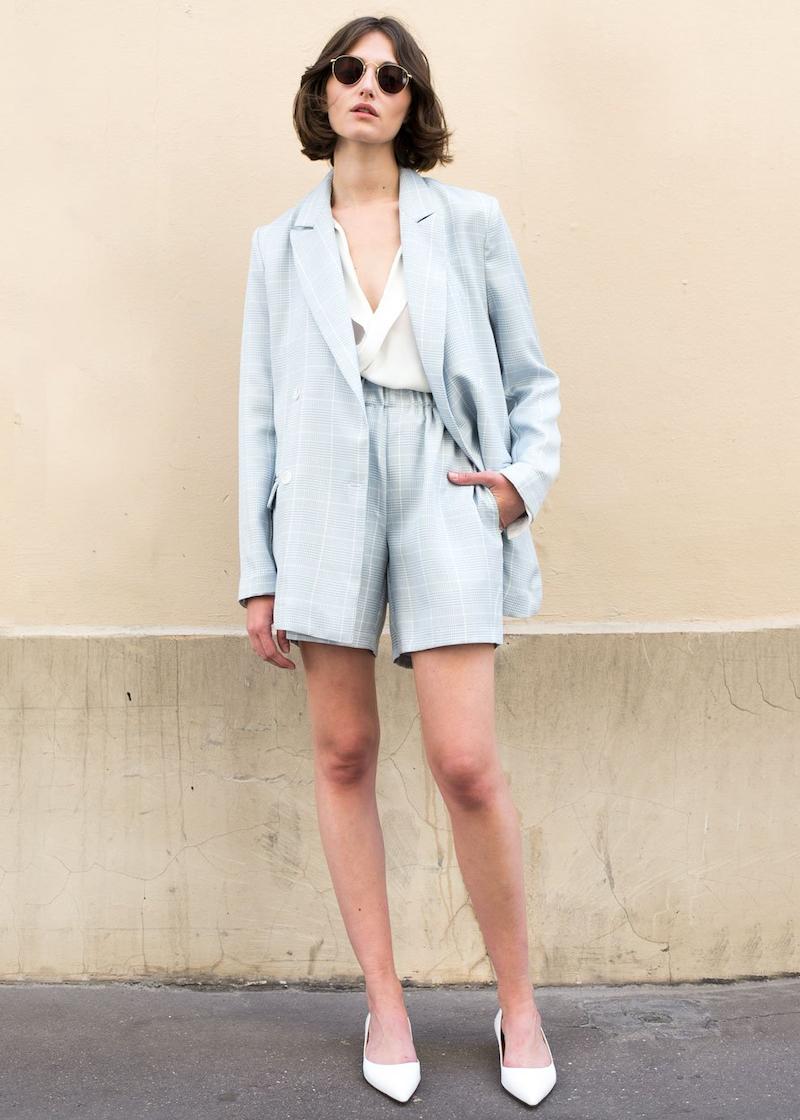 short taille haute femme en bleu clair et top blanc