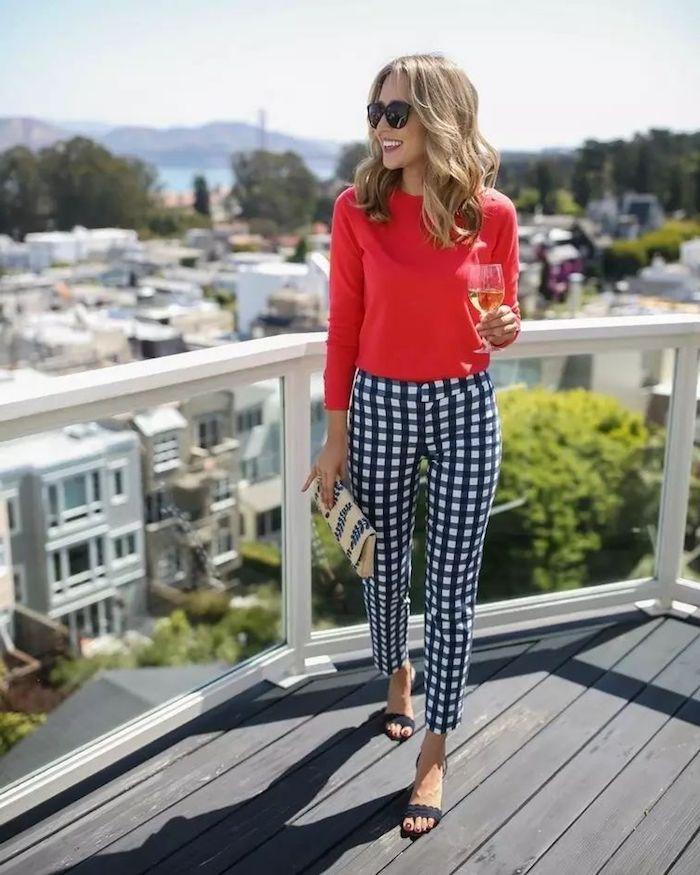 San Francisco balcon, femme avec du vin dans la main, pantalon chino femme, comment être une femme bien habillée