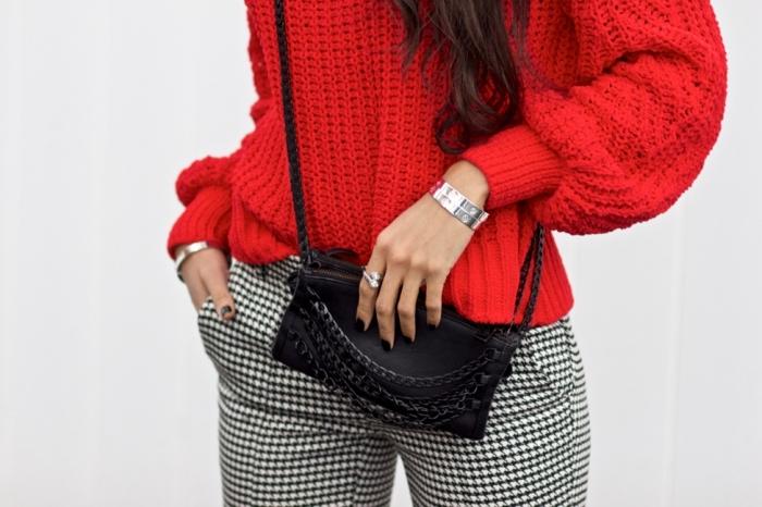 idée comment assortir les couleurs de ses vêtements, modèle de pantalon blanc et noir combiné avec pull-over rouge