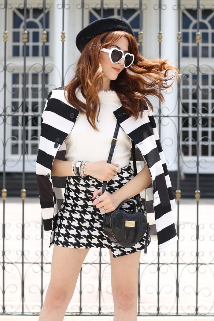 idée de tenue blanc et noir chic femme avec jupe courte aux imprimés pied de poule et blazer rayures blanc et noir