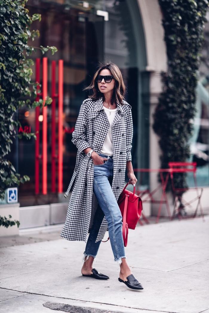 modèle de jeans 7/8 combinés avec top blanc et manteau blanc et noir, idée tenue femme tendance hiver 2019 2020