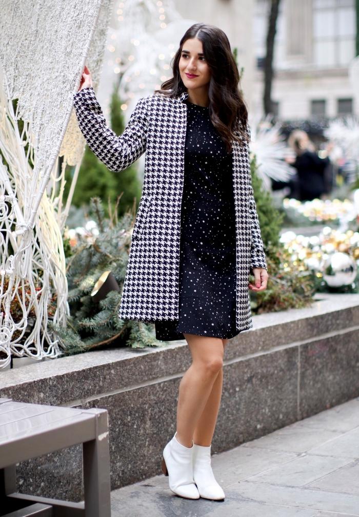 idée de tenue chic tendance hiver 2019 2020, modèle de robe noire combinée avec bottines blanche et manteau à prints pied de poule