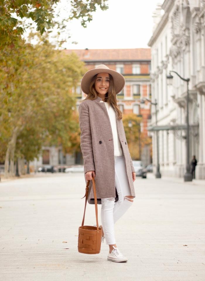 exemple de tenue chic femme en blanc et marron, comment assortir les couleurs de ses vêtements femme chic