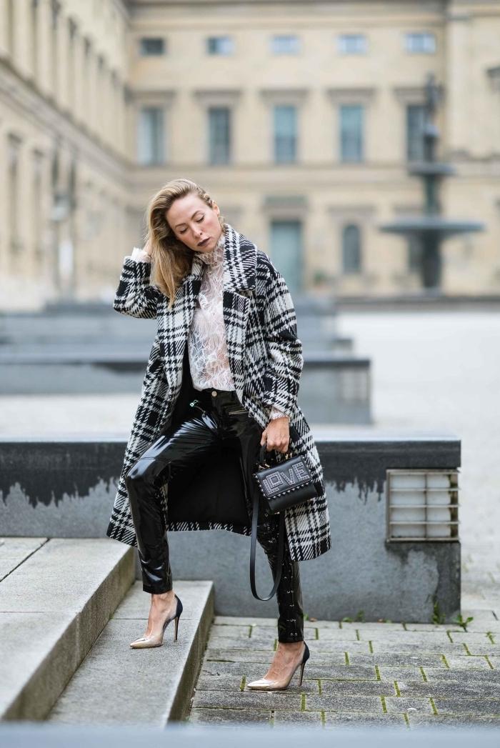 imprimé tendance 2019, modèle de pantalon simili cuir noir combinée avec chemise blanche dentelle transparente