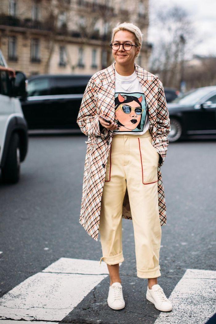 Jaune pantalon taille haute femme, comment s'habiller en automne, moderne femme cheveux courtes coupe tendance, lunettes rondes, rue de paris