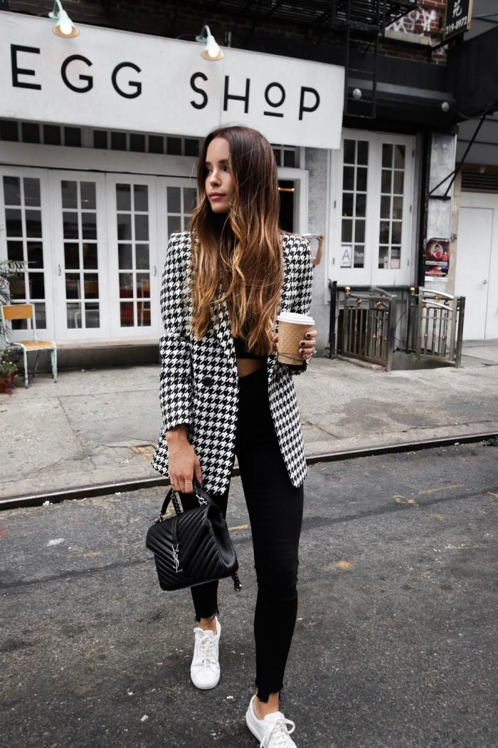 style casual chic femme, tenue en pantalon noir avec veste pied de poule noir et blanc, idée look casual smart avec baskets