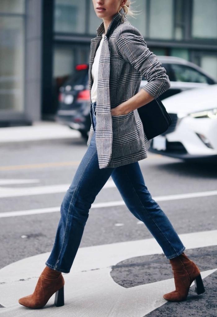 tenue mode hiver 2019 femme, look casual chic en jeans taille haute combinés avec top blanc et blazer pied de poule