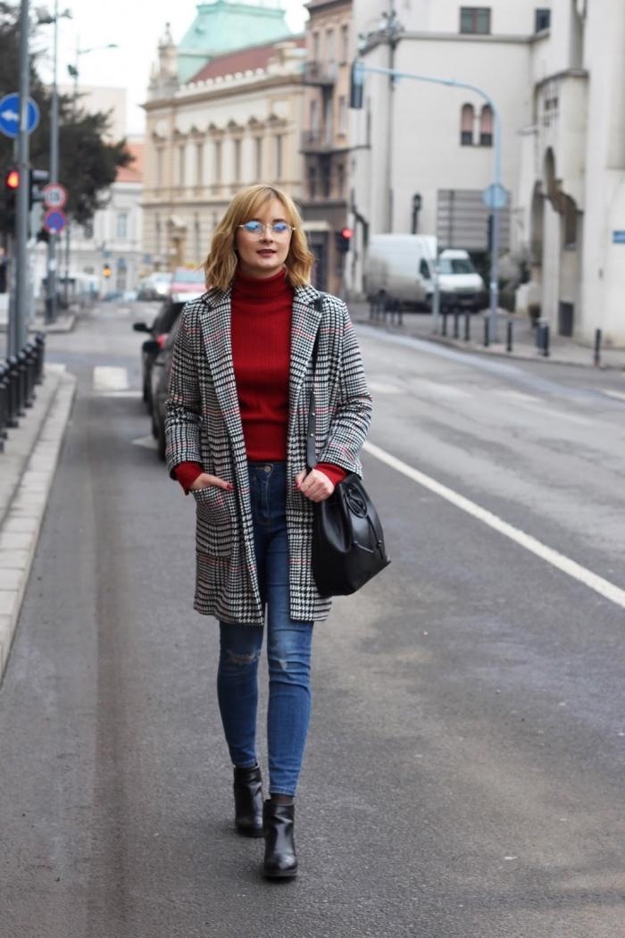 vision chic femme en jeans slim clair combiné avec pull rouge et blazer à pied de poule motif tendance 2019